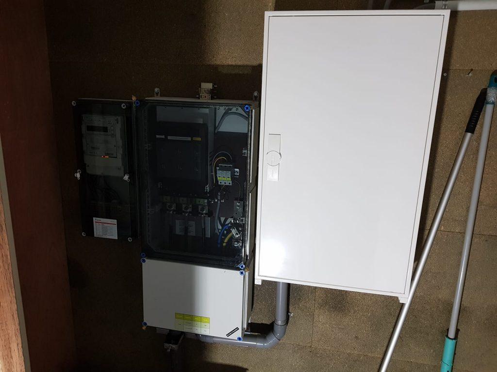 De Fixet in Schoonoord voorzien van een nieuwe meterkast, specifiek voor het terug leveren van ruim 85000 kilowatt aan zonnestroom!