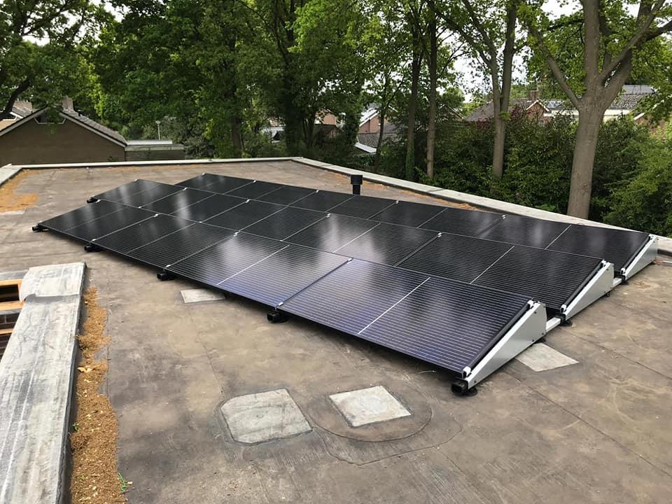 Een keurige installatie gemonteerd door onze monteurs Martin & Wytze!  Twee geschakelde bungalows te Schoonebeek, voor elk 2x 14 310wp zonnepanelen