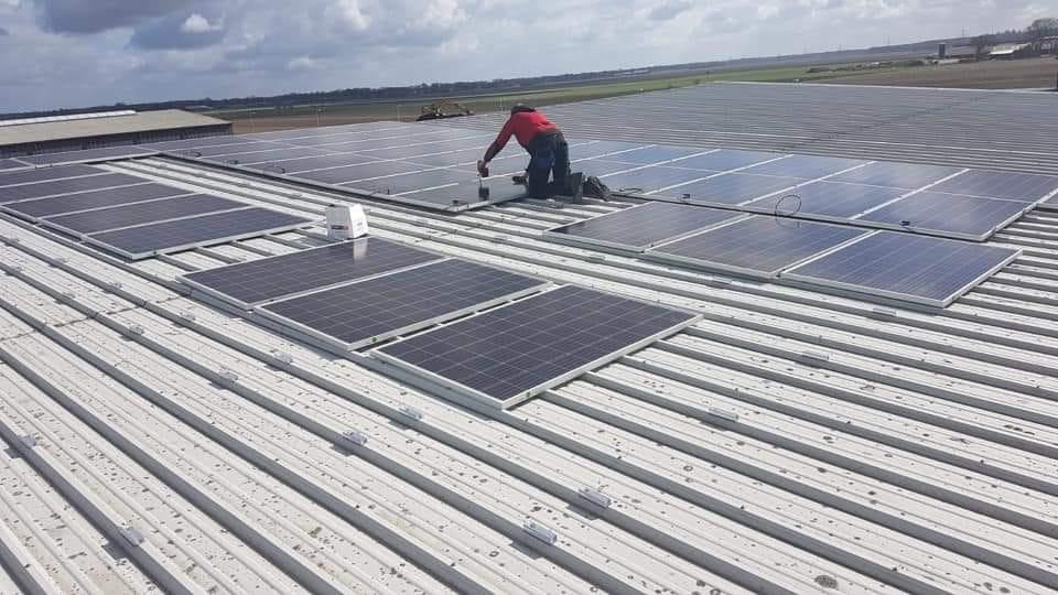 Monteur Wytze bezig om zonnepanelen te plaatsen in Schoonoord 💪
